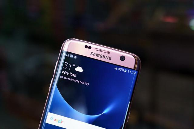 Mặt trước của Galaxy S7 Edge phiên bản màu hồng