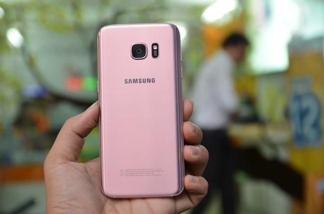 Mặt sau của Galaxy S7 Edge phiên bản màu hồng